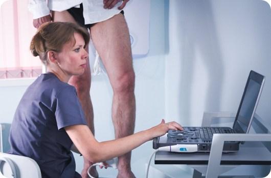 На первичном приеме проводим дуплексное ангиосканирование — УЗИ вен. Чтобы исключить неточности, используем ультразвуковые аппараты c превосходным качеством визуализации и полным функционалом